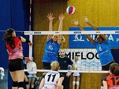 Volejbalistky Přerova (v modrém) proti Ostravě