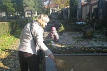 Úklid a výzdoba hrobů před Památkou zesnulých na hřbitově v Přerově