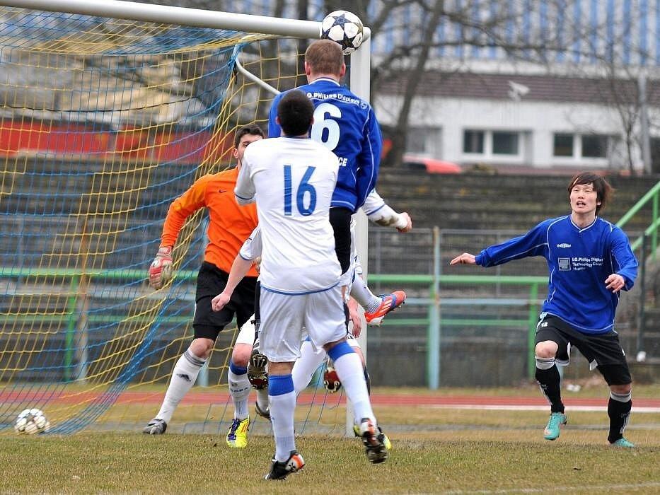 Fotbalisté Viktorie Přerov (v bílém) proti Hranicím