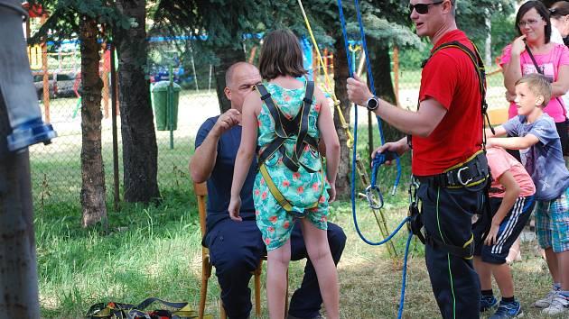 Náročnou profesi hasičů si mohly vyzkoušet děti, které dorazily se svými rodiči v pátek 28. června na Den otevřených dveří a Dětský den do hasičské zbrojnice na Šířavě. Na akci, kterou pořádal Sbor dobrovolných hasičů v Přerově, přišlo 350 lidí.
