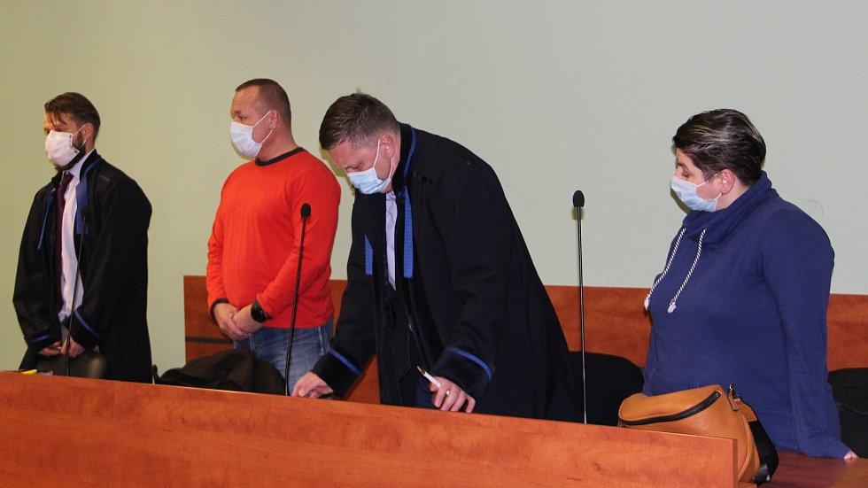 Manželé souzení za napadení romských dětí v Lipníku v doprovodu obhájců u přerovského okresního soudu, 21. prosince 2020