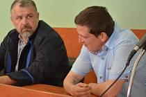 Lukáš Černošek (vpravo), obžalovaný z usmrcení z nedbalosti v souvislosti s tragickým případem z Předmostí u Přerova, u Okresního soudu v Přerově 4. dubna 2019..