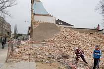 Bourání dalšího domu ve Škodově ulici