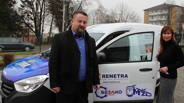 Na sociální automobil přispělo 35 firem z regionu, klíčky převzala ředitelka Sociálních služeb města Přerova Jana Žouželková.