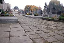 Zvlněné chodníky na hřbitově v Troubkách budou minulostí. Stávající dlažby pamatují ještě povodně z roku 1997. Obec je nyní vymění za nové.