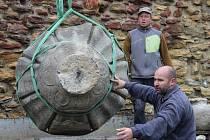 Sochy s rostlinnými motivy od Ivana Theimera se v pondělí ráno přestěhovaly na prostranství u přerovských městských hradeb.