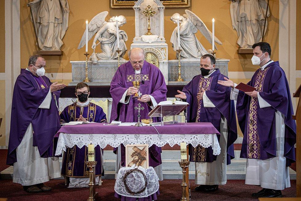 Slavnostní bohoslužba k 100. výročí vysvědčení Antonína Cyrila Stojana olomouckým arcibiskupem, 14. března 2021 v Běnově. (střed) Arcibiskup Jan Graubner.