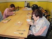 Do lazaretu v Dluhonské ulici v Přerově  přivezli sociální pracovníci přerovského magistrátu teplé jídlo