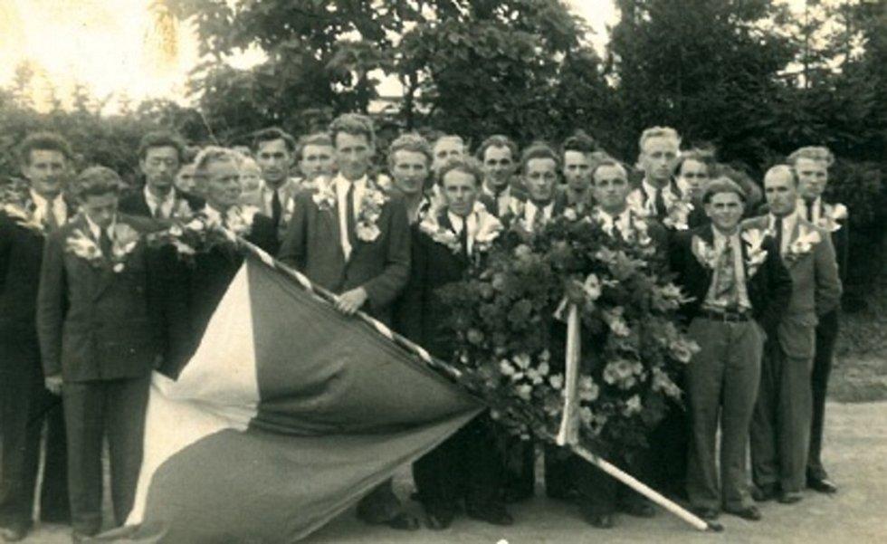 Ani mužům v Loučce se nevyhnula vojenská služba. Na fotografii jsou odvedenci v roce 1937.