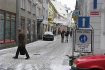 Do pěší zóny v ulicích Jiráskova a Willsonova v centru Přerova je vjezd povolen jen dopravní obsluze v některé hodiny. Řidiči to ale porušují