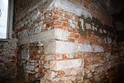 Pískovcové články druhotně zazděné během renesanční přestavby dřevohostického zámku.