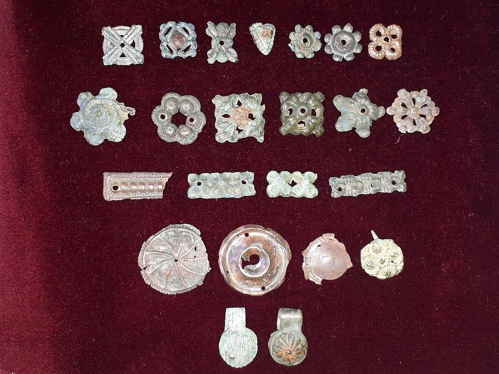 Kovové oděvní nášivky z15. a 16. století nalezené vprostoru severní terasy paláce na hradě Helfštýně