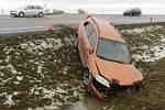 Nehoda na silnici mezi Přerovem a Rokytnicí - auto opilého řidiče skončilo v příkopu.