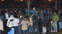 U břehů řeky Bečvy v Přerově se sešly na Nový rok vpodvečer tisíce lidí. Novoročního ohňostroje se ale kvůli technické závadě nedočkali.