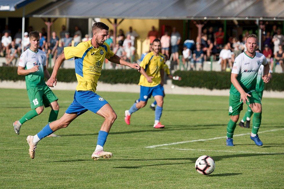 Fotbalisté Kozlovic (ve žlutém) doma porazili Bzenec 2:0. Adam Galetka