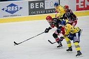 Hokejisté Přerova (ve žlutém) proti Prostějovu (4:2).