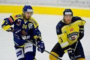 Hokejisté Přerova (v modrém) proti Ústí nad Labem (7:4). Gregor Koblar (vlevo)