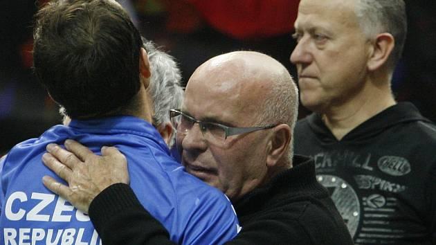 Radek Štěpánek v objetí se svým tatínkem