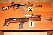 Zbraně, které policisté nalezli u devatenáctiletého mladíka z Přerova. Na různých internetových serverech propagoval nacismus.