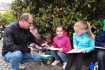 Na mezinárodním festivalu Architecture Week se představí práce dětí ze ZŠ Velká Dlážka v Přerově. Hodinu výtvarné výchovy jim přímo v terénu zpestřil výkladem také architekt Vladimír Petroš, který je seznámil se zajímavými stavbami ve městě.