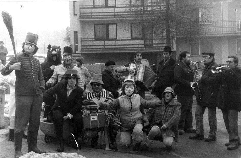 Vodění medvěda rok 1983. Účastníci průvodu před domem Otáhalových. Medvěd je původním symbolem síly a plodnosti. Byl a dodnes zůstává hlavní postavou všech průvodů. Ve Vinarech se tradice držela nepřetržitě až do roku 2010.