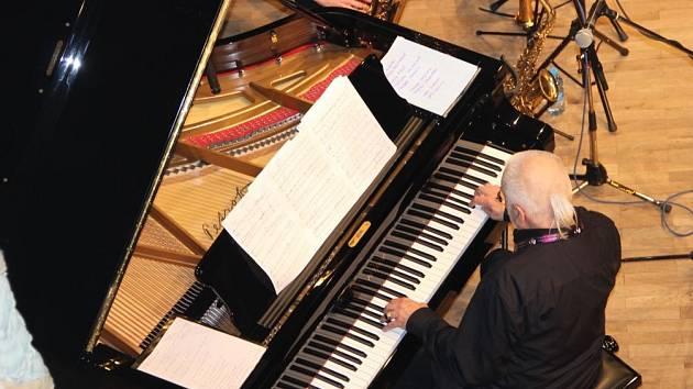 První večer Československého jazzového festivalu nabídl ve čtvrtek na hlavní scéně Městského domu v Přerově dva skvělé zážitky – pianistu Karla Růžičku a jeho Celebration Band, a pak Till Brönner Quintet.