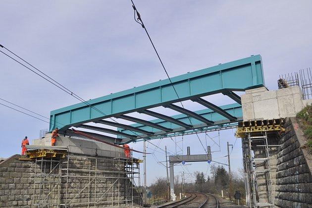 Výměna mostů nad tratí v Dluhonské ulici v Přerově - snímky z odstranění a výměny prvního z mostů