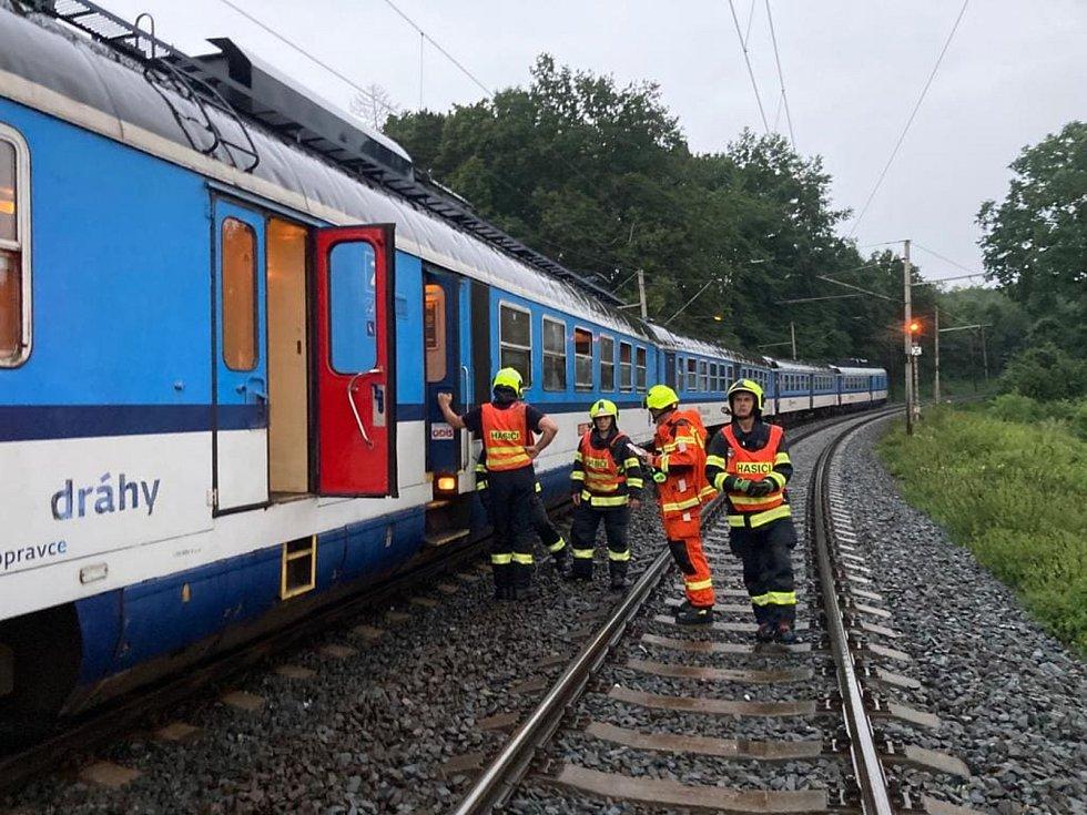 Kvůli spadenému stromu, který ve středu večer při bouřce zatarasil profil trati, museli hasiči u Hranic evakuovat cestující z vlaku.