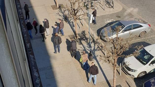 Agendu registru vozidel přerovského magistrátu zatěžují přespolní  - před budovou na Masarykově náměstí se tvoří dlouhé fronty