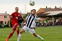 Fotbalisté Želatovic (v pruhovaném) proti Kralicím na Hané