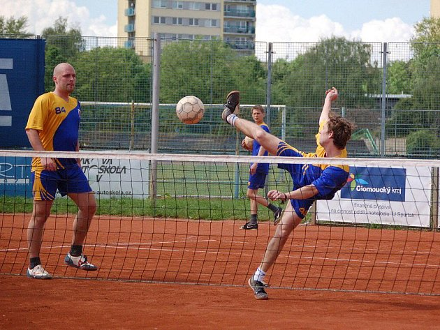 Nohejbalisté TJ Spartak MSEM Přerov (v modro-žlutém) proti Modřicím
