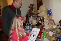 Vernisáž výstavy Tři jedničky pro medvěda v Přerově.