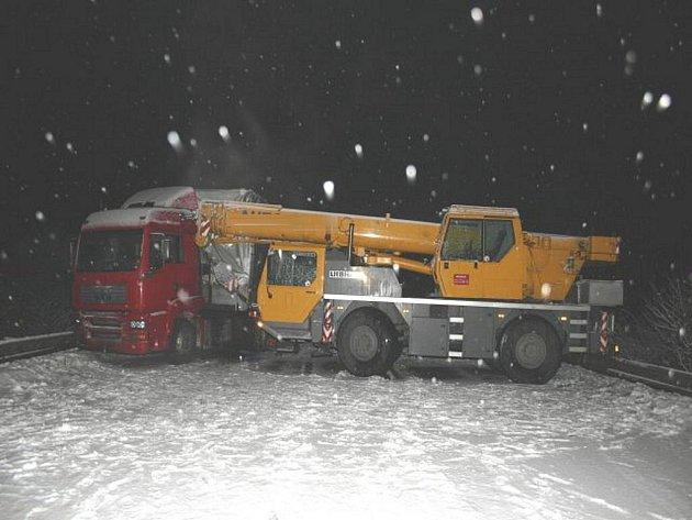 Srážka autojeřábu s nákladním autem zablokovala v pondělí silnici mezi obcí Skoky a Lipníkem nad Bečvou