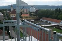 Nová, v pořadí už osmá kamera v Lipníku nad Bečvou je umístěna na střeše paneláku a má pod dohledem západní část Bratrské ulice.