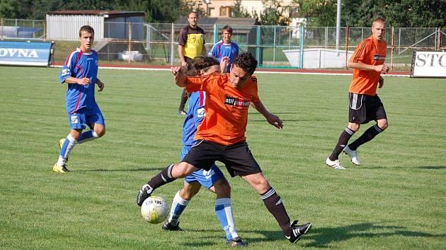 Přerovští fotbalisté (v modrém) v prvním kole krajského přeboru porazili v městském derby Kozlovice na svém hřišti 2:1