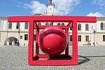 Dvanáctý ročník venkovní výstavy Kov ve městě zdobí historické jádro Lipníku nad Bečvou.