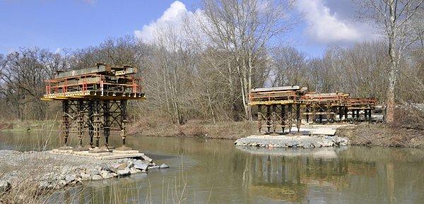 Stavba nové lávky přes řeku Bečvu UTenisu
