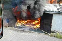 Požár autodílny v bývalé drůbežárně v Oseku nad Bečvou