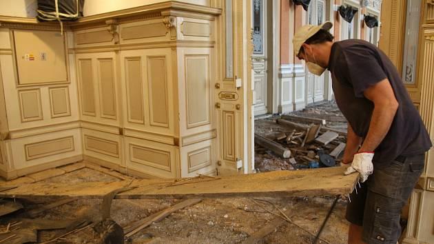 V Městském domě v Přerově to v těchto dnech vypadá jako po bombardování - stavebníci provádějí ve velkém sále i přilehlých prostorách náročnou výměnu podlahy. 28. května 2021