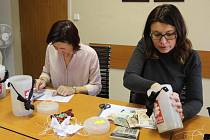 Výtěžek Tříkrálové sbírky v Přerově a okolních obcích, které spadají pod jeho děkanát, přepočítávali v úterý dopoledne pracovníci zdejší charity