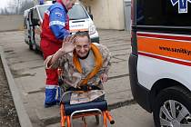 Tři sanitky, které zajistil ostravský magistrát, převezly ve středu osm zdravotně postižených z lazaretu v Duhonské ulici v Přerově