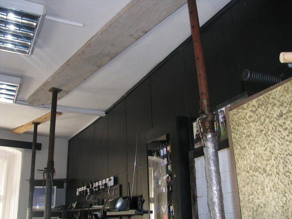 V budově Městské policie v Přerově se propadají stropy. Asi nejhůře to nyní vypadá v prostorách dispečinku, kde se vyhodnocují záznamy z bezpečnostních kamer. Strop zde drží pouze železné a dřevěné podpěry