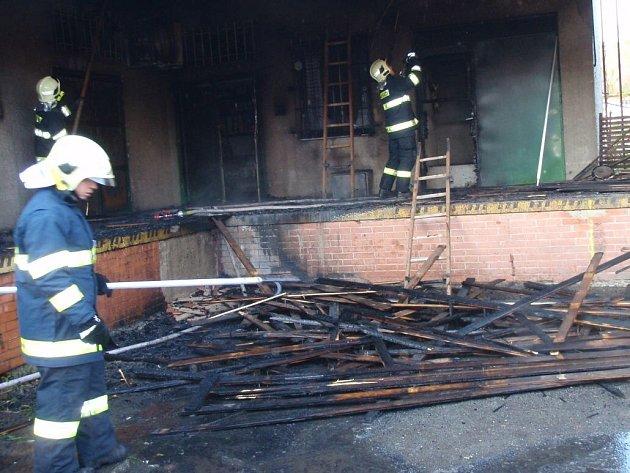 Hasiči zasahují u požáru u samoobsluhy v Kokorách