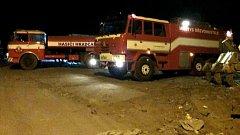 Noční požár skládky v Hradčanech na Přerovsku