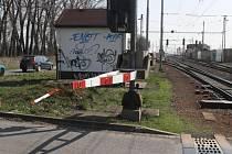 Řidič nákladní jízdní soupravy vjel ve středu odpoledne na železniční přejezd v Říkovicích a urazil závoru.