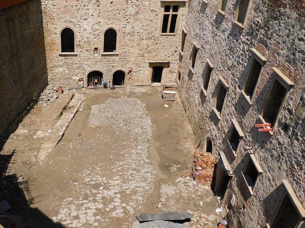 Celkový pohled na odkrytou část renesanční dlažby a základy hospodářské přístavby na nádvoří paláce na Helfštýně.