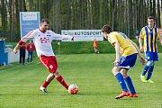 Fotbalisté Kozlovic (v pruhovaném) proti Valašskému Meziříčí. Foto: Deník/Jan Pořízek