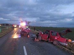 K vážné nehodě vyjížděli v pondělí před čtvrtou hodinou odpoledne lékaři záchranky a hasiči. Na silnici u Staré Vsi na Přerovsku se střetla dvě osobní auta a zdravotníci z místa odváželi několik zraněných.