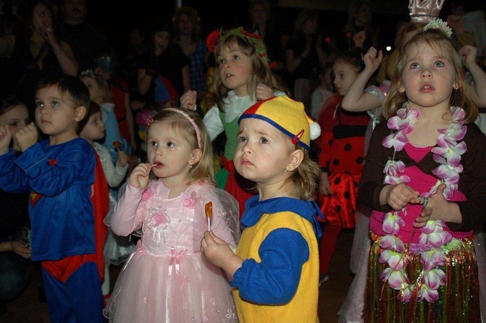 Karneval, který v neděli odpoledne uspořádal pro děti zpěvák Pavel Novák ml., přivedl do varu nejen ratolesti, ale i jejich maminky