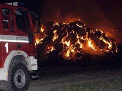 Požár stohu v Kokorách